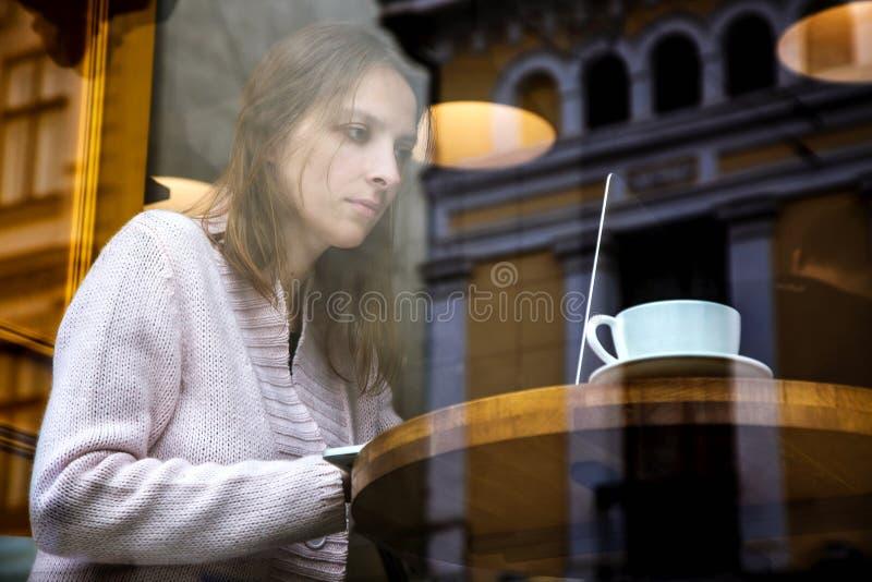 Uomo d'affari di collegamento di Internet di wifi del computer portatile di uso della mano della donna occupato al computer di ba immagini stock libere da diritti