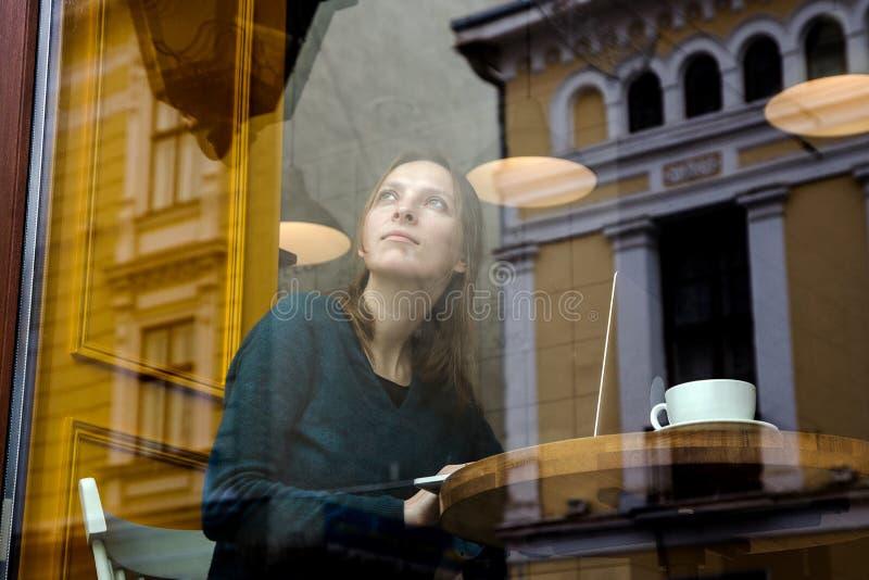 Uomo d'affari di collegamento di Internet di wifi del computer portatile di uso della mano della donna occupato al computer di ba immagini stock
