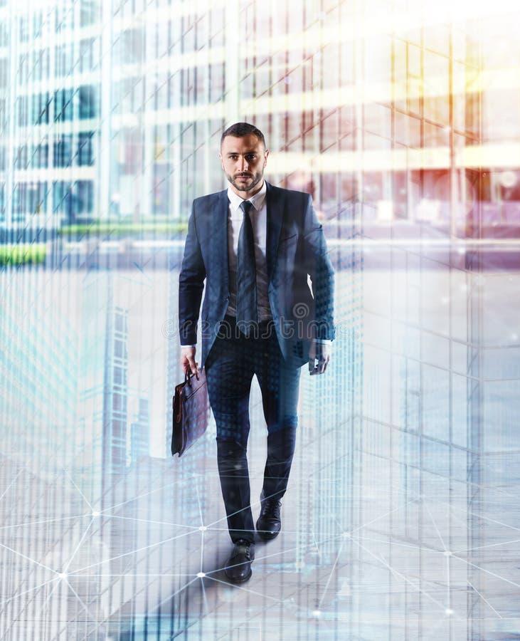 Uomo d'affari di Determinated che cammina nella città Doppia esposizione immagine stock libera da diritti