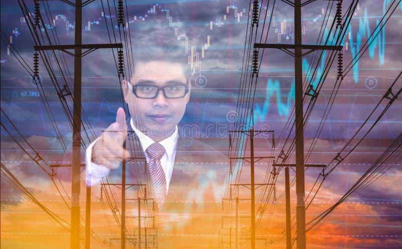 Uomo d'affari di doppia esposizione con direzione, palo elettrico e fondo del grafico delle azione del cielo, concetto delle azio fotografie stock libere da diritti