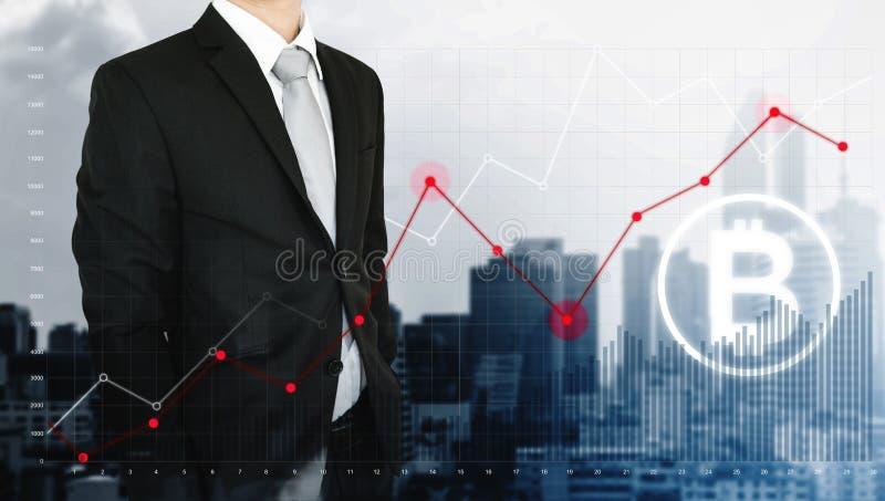 Uomo d'affari di doppia esposizione e grafico di innalzamento con la catena di blocco e l'icona di Bitcoin, fondo della città fotografia stock libera da diritti