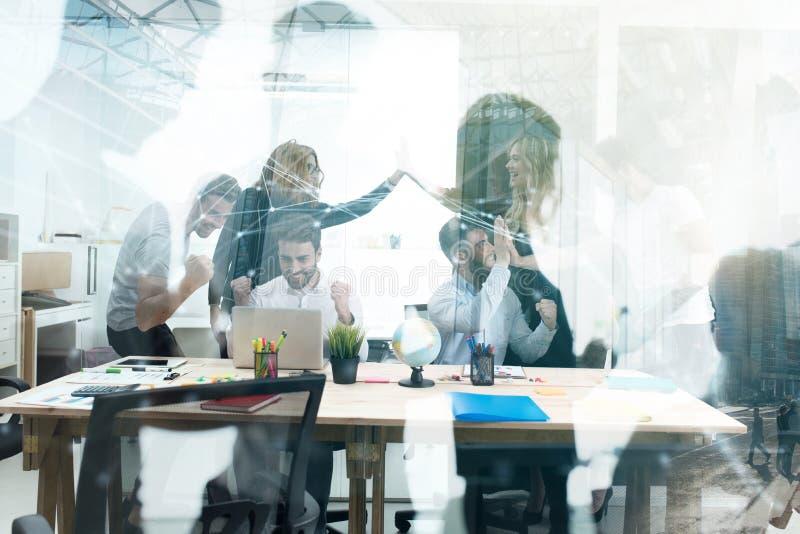 Uomo d'affari di handshake nell'ufficio concetto dell'associazione di affari e di lavoro di squadra Doppia esposizione fotografia stock libera da diritti