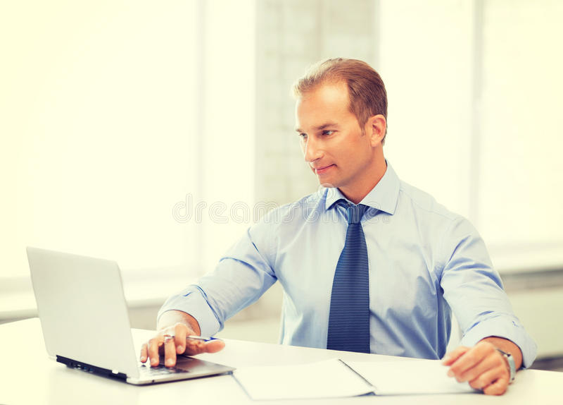 Uomo d'affari di Miling che lavora nell'ufficio immagine stock libera da diritti