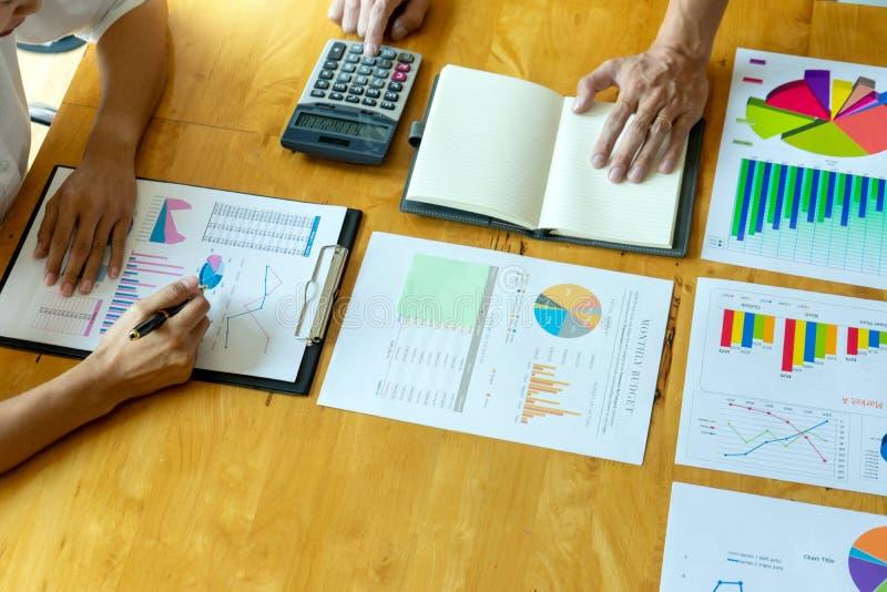 uomo d'affari di affari nella riunione del grafico di analisi immagine stock libera da diritti