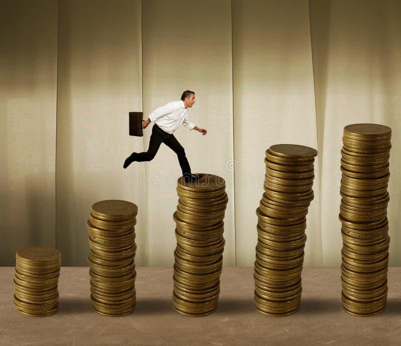 Uomo d'affari di salto su soldi fotografia stock