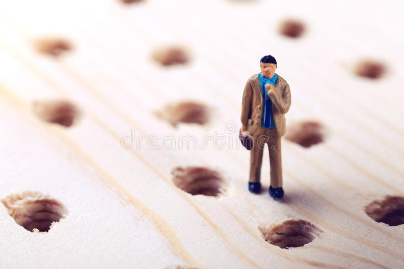 Uomo d'affari di sfida di affari che prova ad evitare gli errori immagine stock