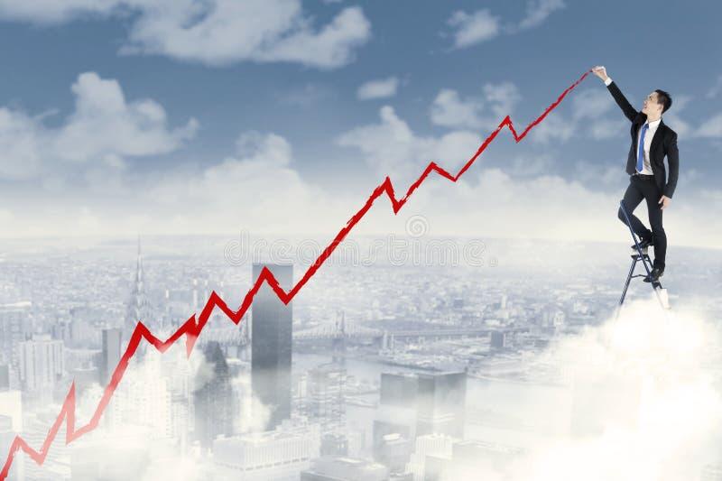 Uomo d'affari di successo che traccia un grafico positivo immagine stock libera da diritti