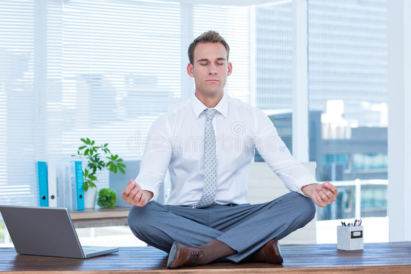 Uomo d'affari di zen che fa meditazione di yoga fotografie stock libere da diritti