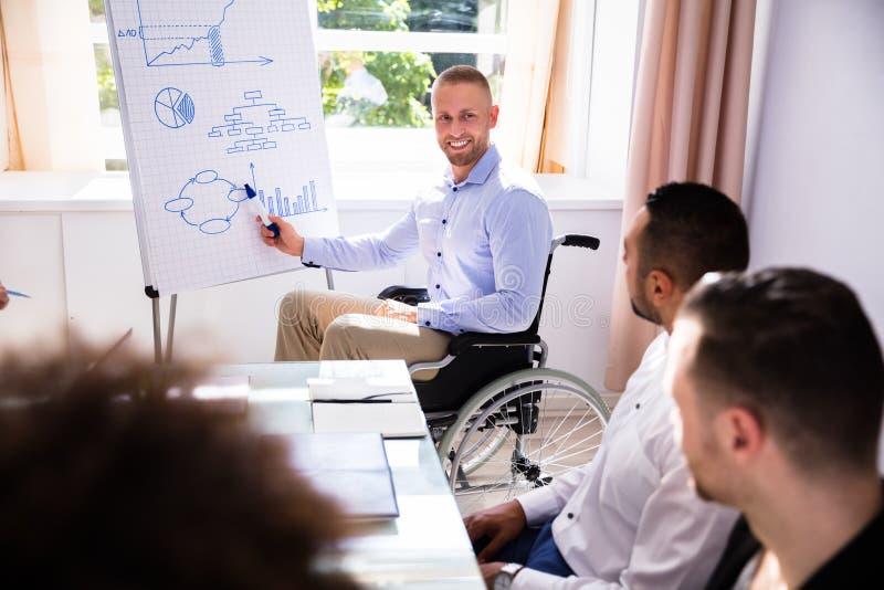 Uomo d'affari disabile Giving Presentation fotografie stock