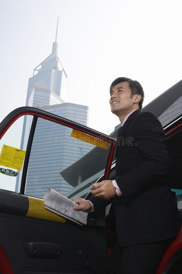 Uomo d'affari Disembarking From Cab fotografia stock libera da diritti