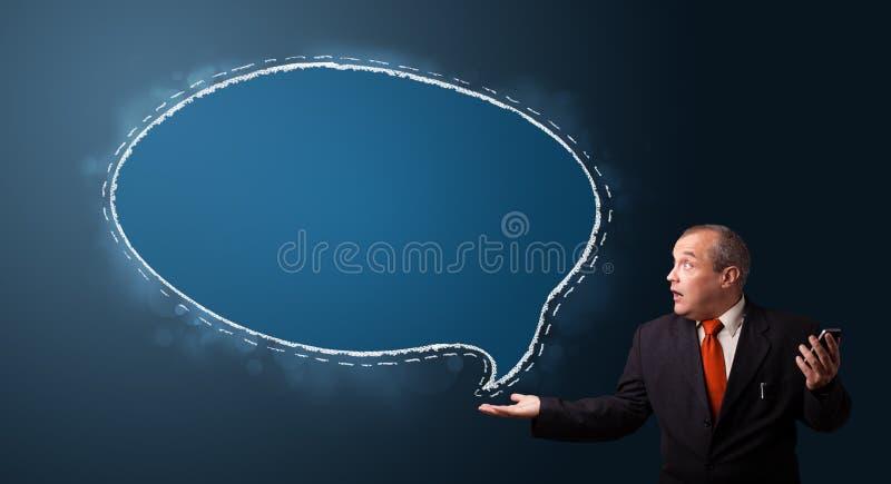 Uomo d'affari divertente che tiene un telefono e che presenta fumetto c immagine stock
