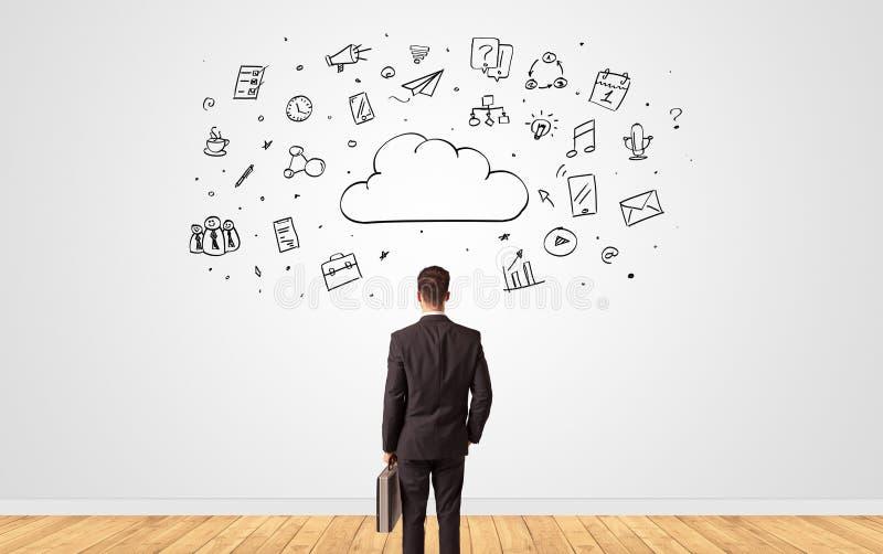 Uomo d'affari in dubbio che guarda ad una parete con il concetto online della gestione di compito immagine stock libera da diritti