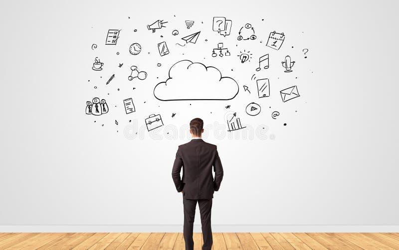 Uomo d'affari in dubbio che guarda ad una parete con il concetto online della gestione di compito immagini stock libere da diritti