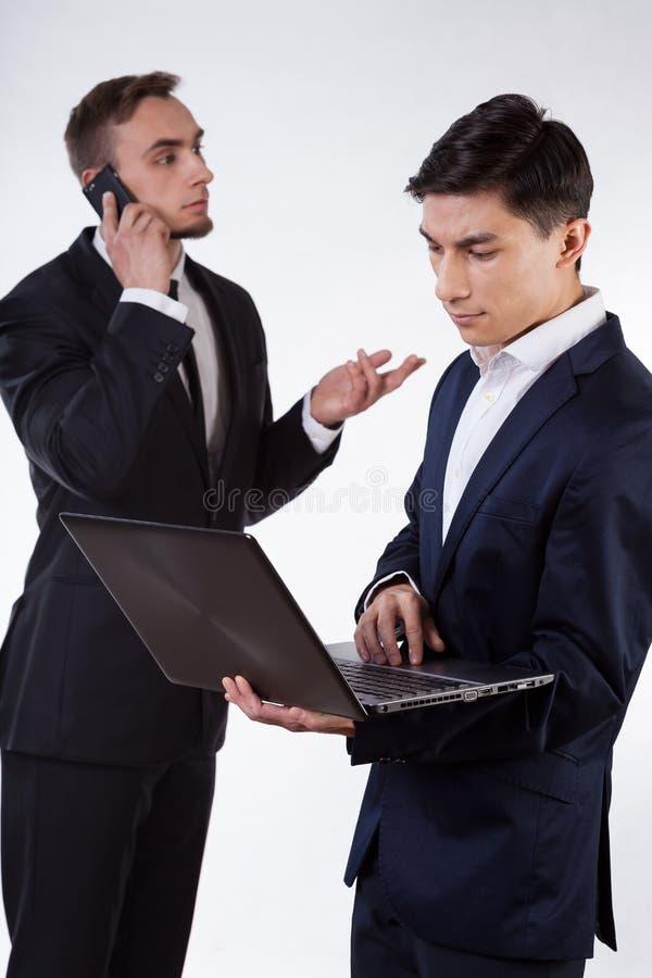 Uomo d'affari due durante il lavoro fotografia stock