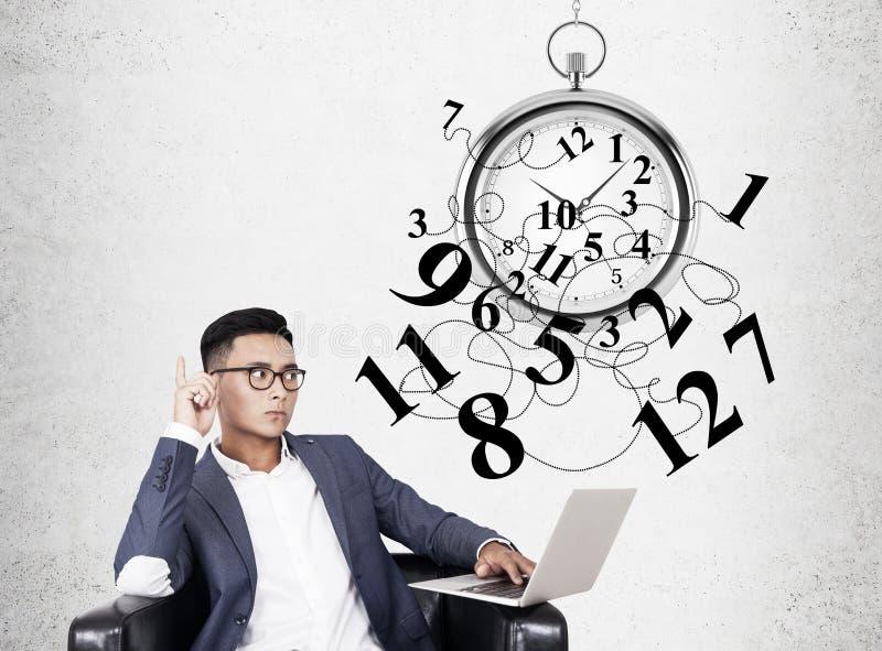 Uomo d'affari e cronometro asiatici immagini stock libere da diritti