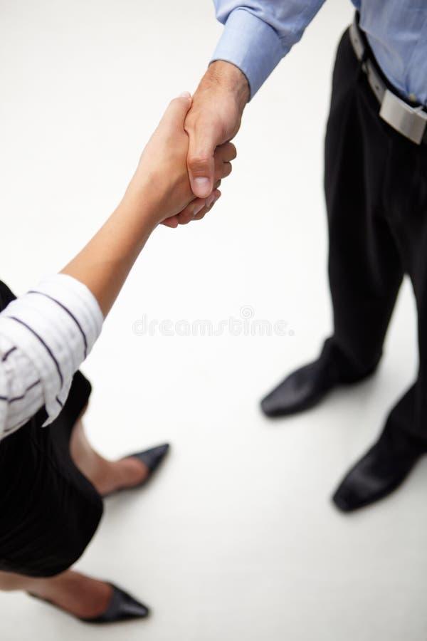 Uomo d'affari e donna del particolare che agitano le mani fotografie stock libere da diritti