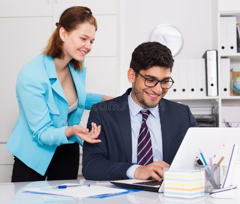 Uomo d'affari e donna di affari che lavorano insieme fotografie stock libere da diritti