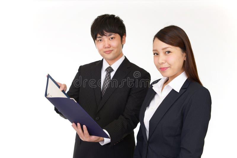 Uomo d'affari e donna di affari sorridenti immagini stock libere da diritti