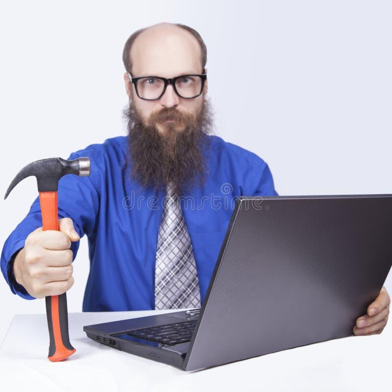 Uomo d'affari e martello arrabbiati - (serie) immagini stock