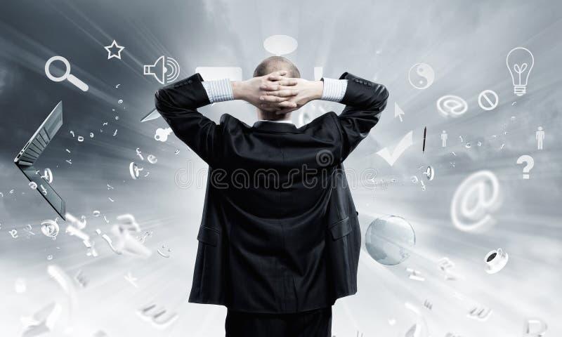 Uomo d'affari e puzzle di volo immagine stock