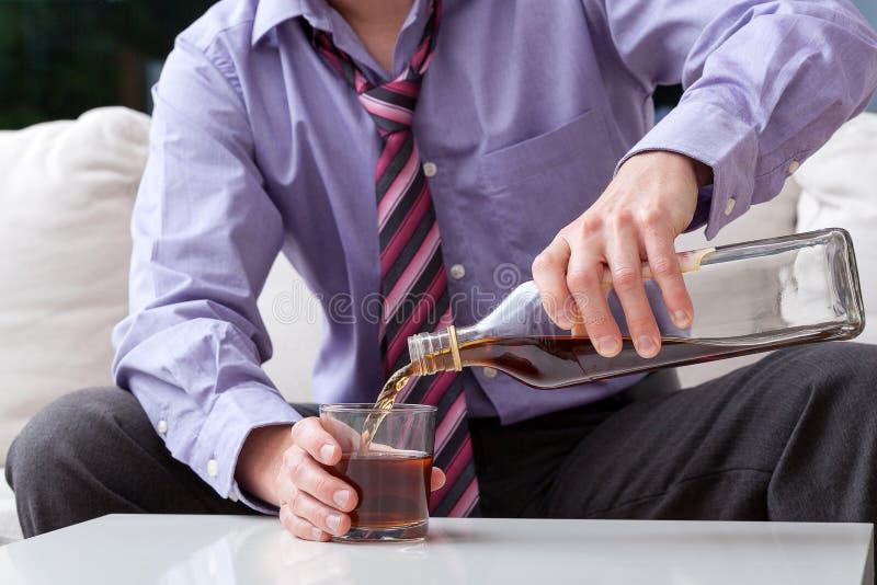 Uomo d'affari ed alcolismo immagini stock libere da diritti