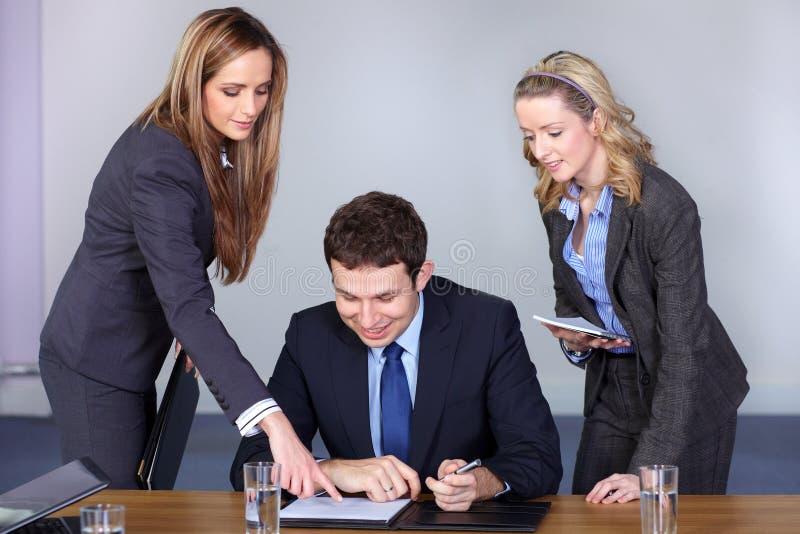 Uomo d'affari ed i suoi due Consiglieri femminili immagini stock libere da diritti
