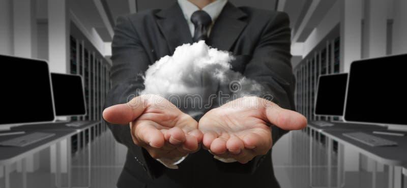 Uomo d'affari ed il concetto di calcolo della nube immagini stock libere da diritti