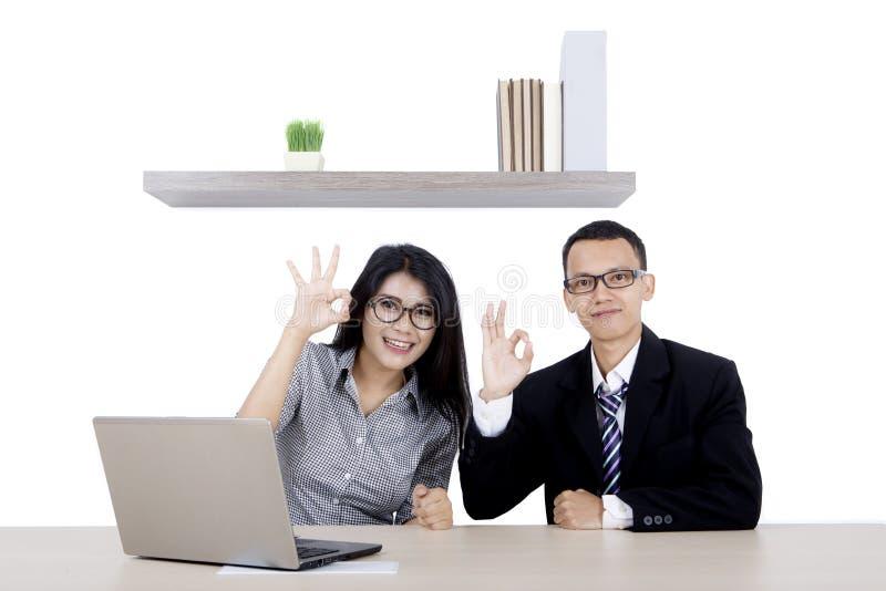 Uomo d'affari ed il suo partner che mostrano segno GIUSTO fotografie stock