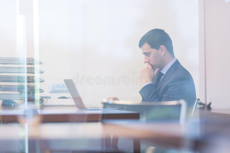 Ufficio Elegante Jobs : Uomo d affari elegante che analizza i dati in ufficio moderno