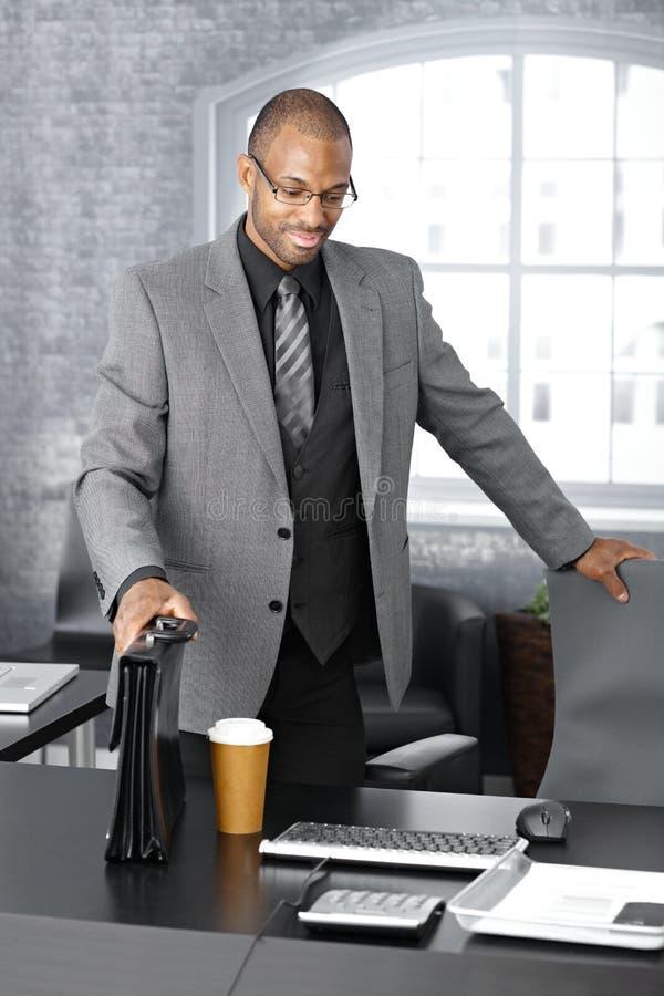 Download Uomo D'affari Elegante Che Arriva All'ufficio Fotografia Stock - Immagine: 23376302