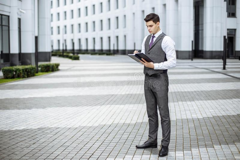 Uomo d'affari elegante nell'ambiente urbano immagine stock libera da diritti