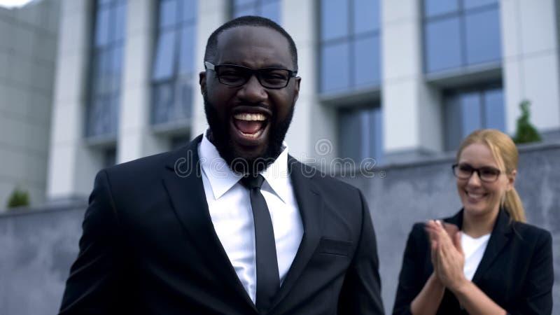Uomo d'affari emozionante che celebra riuscita crescita personale e di carriera di partenza, fotografie stock