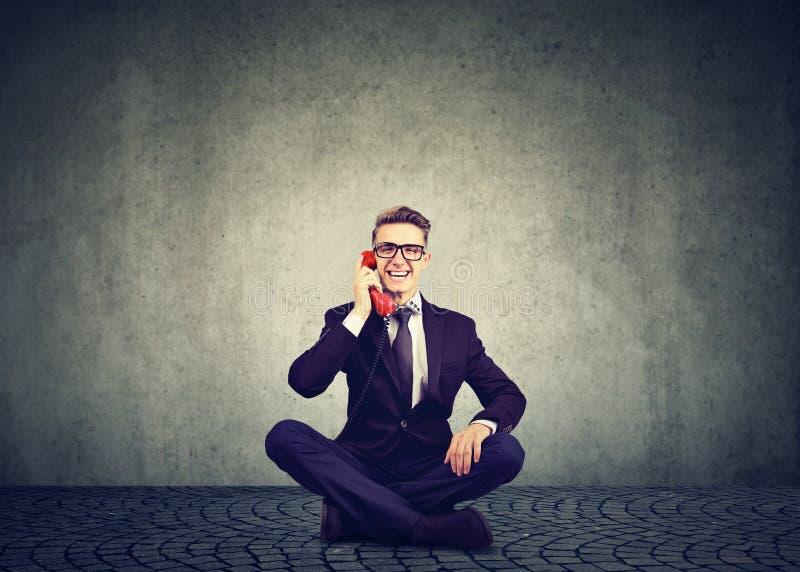 Uomo d'affari emozionante che parla sul telefono fotografie stock