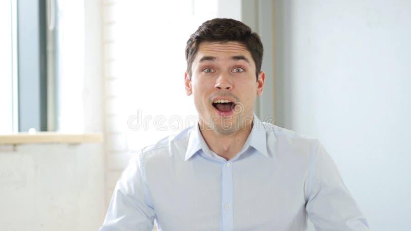 Uomo d'affari emozionante Happy andAstonished tramite i risultati positivi immagini stock