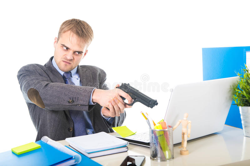 Uomo d'affari enorme in pistola della tenuta di espressione del fronte di ribaltamento che indica computer fotografia stock