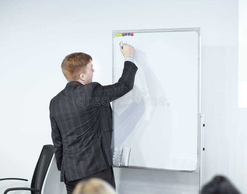 Uomo d'affari entusiasta che parla ad un seminario di affari fotografie stock