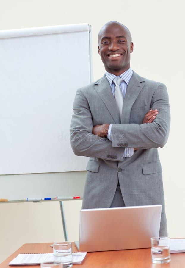 Uomo d'affari etnico con le braccia piegate fotografia stock