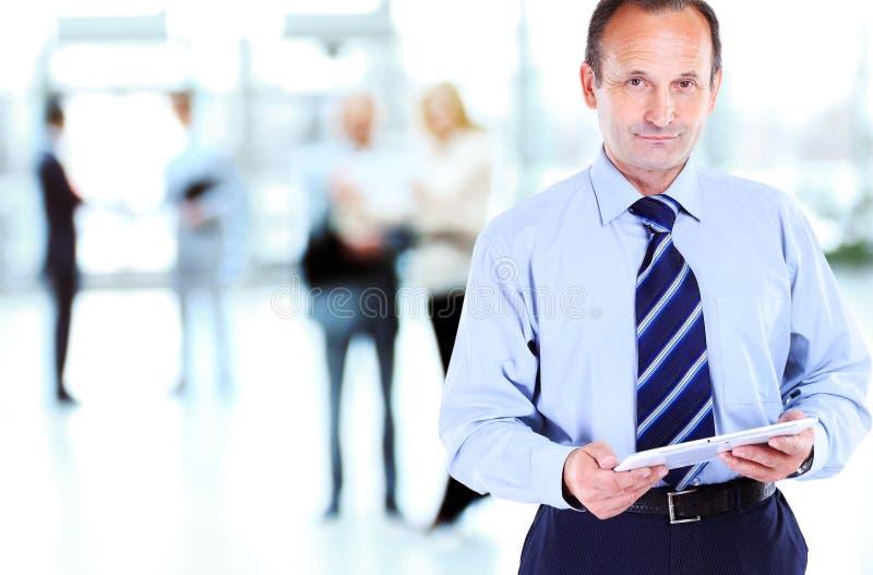 Uomo d'affari facendo uso del computer della compressa fotografia stock