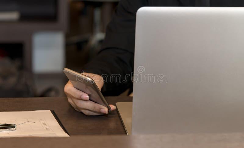 Uomo d'affari facendo uso del computer della compressa e dello Smart Phone da lavorare con i dati finanziari immagine stock