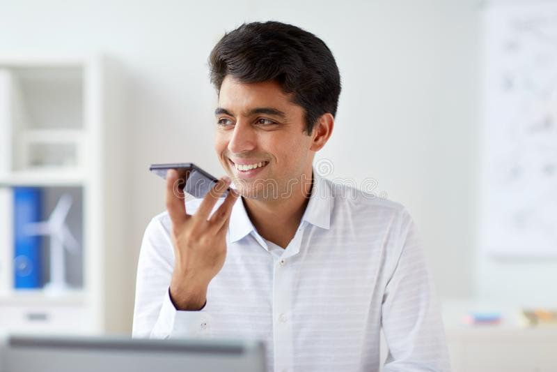 Uomo d'affari facendo uso del registratore sullo smartphone immagini stock libere da diritti
