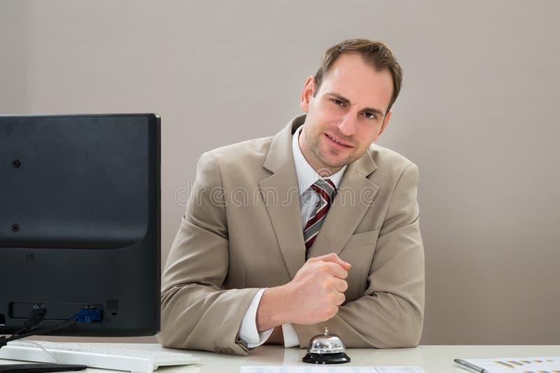 Download Uomo D'affari Facendo Uso Della Campana Di Servizio Immagine Stock - Immagine di uomo, flangia: 55352315