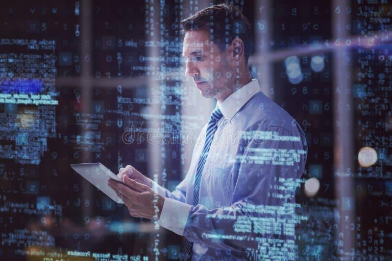 Uomo d'affari facendo uso della compressa digitale 3D immagini stock libere da diritti