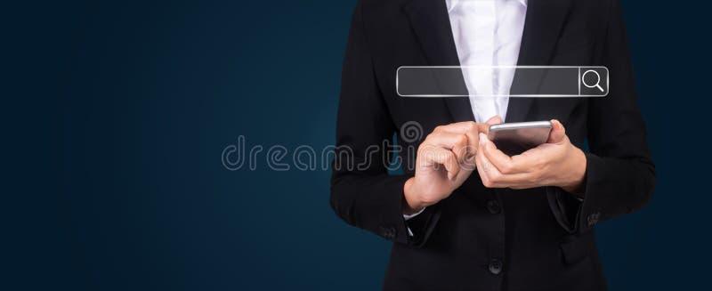 uomo d'affari facendo uso della ricerca dell'Internet di Internet di lettura rapida delle cose immagine stock libera da diritti