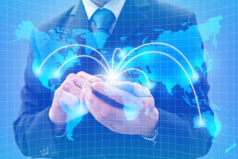 Uomo d'affari facendo uso dello smartphone per l'affare globale immagine stock libera da diritti