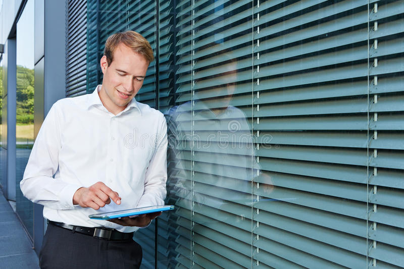 Uomo d'affari facendo uso di collegamento a Internet con il computer della compressa immagini stock libere da diritti