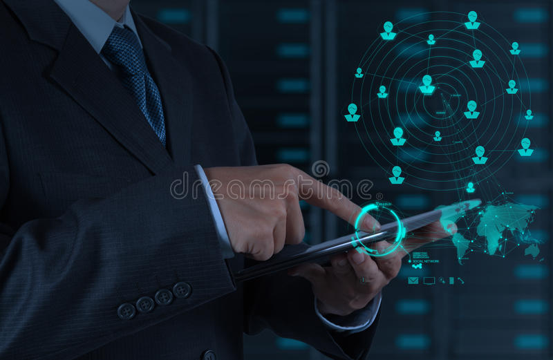 Uomo d'affari facendo uso di Internet di manifestazioni di computer della compressa e del netw del sociale fotografia stock