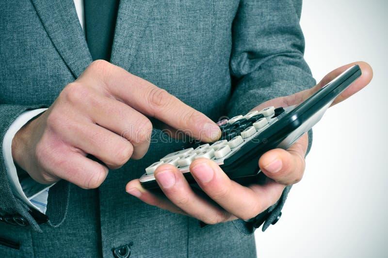 Uomo d'affari facendo uso di un calcolatore immagini stock