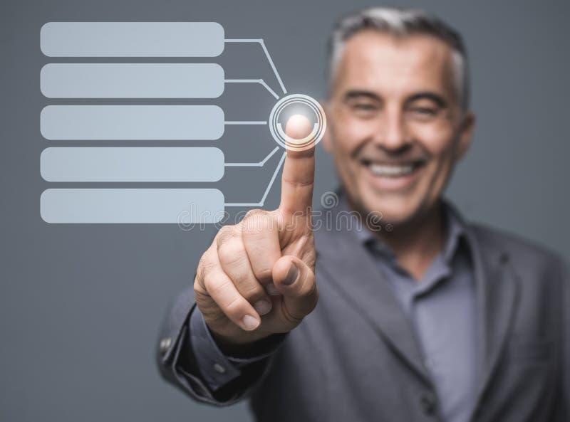 Uomo d'affari facendo uso di un'interfaccia virtuale del touch screen fotografie stock