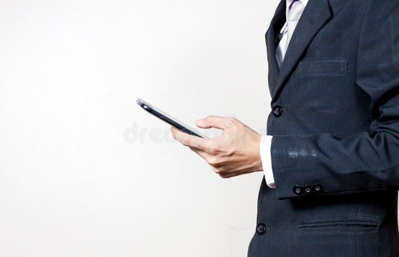 Uomo d'affari facendo uso di uno smartphone digitale fotografia stock