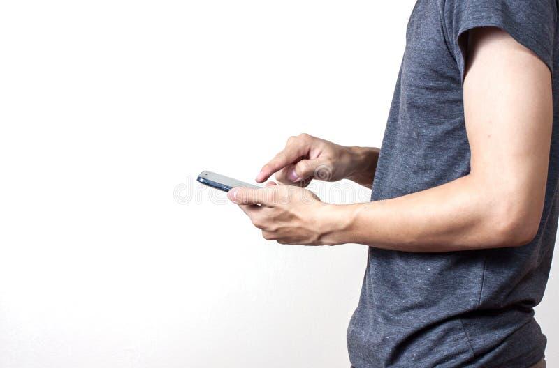 Uomo d'affari facendo uso di uno smartphone digitale immagine stock libera da diritti